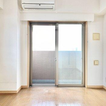 【キッチン側洋室】2面採光で明るいお部屋。