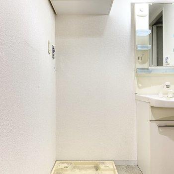 上部には洗剤などを収納できる棚が!※クリーニング前の写真です