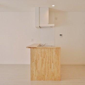 ウッドの製のキッチンが素敵なリビング※写真は前回撮影時のもの。