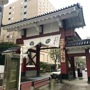お部屋近くに増上寺の大門。立派なたたずまいですね。