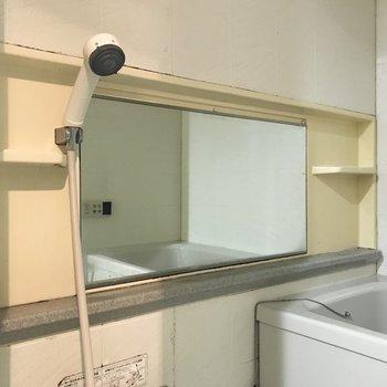 大きめの鏡に棚もついていて、とても機能的。