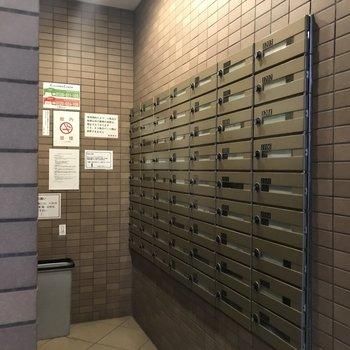 1階エントランスに郵便受けがまとまっています。