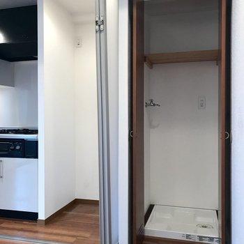 キッチン横には、洗濯機が置けます。