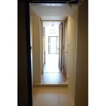 玄関からお部屋の方を見てみました。※写真は2階の同間取り別部屋のものです