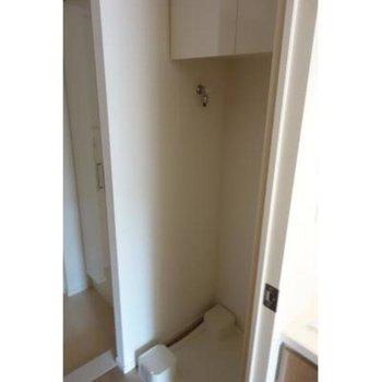 上には扉付きの収納があります。※写真は2階の同間取り別部屋のものです