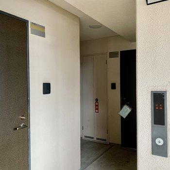 エレベーターを降りて奥のお部屋。1フロアに3部屋です。