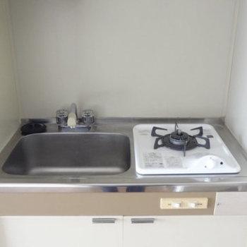 キッチンはコンパクトタイプ。シンクトレーを用いてね。(※写真は似たタイプの別部屋のものです)