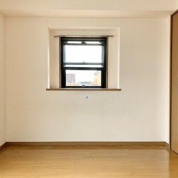 角部屋だから側面に窓!(※写真は清掃前のものです)