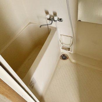 シンプルなバスルーム。鏡付き◎(※写真は清掃前のものです)