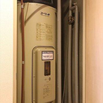 玄関付近の扉を開けると、給湯機を発見!