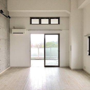 天井が高く光たっぷり。角部屋なので窓も多いのが嬉しいです。(※写真は清掃前です)