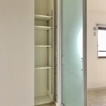 てことで、洋室から見たい。おっとっと。見逃すところだった。隠れるようにみつけた収納棚。(※写真は清掃前です)