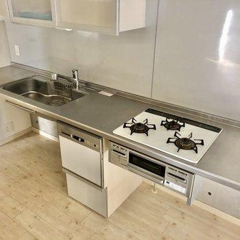 3口コンロだし、料理もしやすい広さ。冷蔵庫は奥に置けそう(※写真は清掃前です)