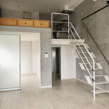 さて、階段をのぼってみましょう。階段の無骨さもすき(※写真は清掃前です)