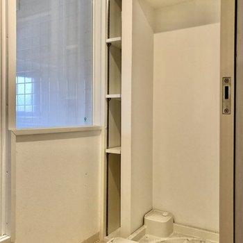 反対側に洗濯機置場。洗剤は横の棚へ。浴室は透ける・・・!(※写真は清掃前です)