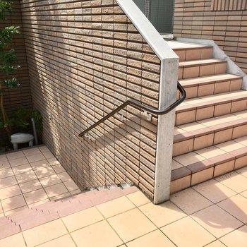 階段降りて地上に着地!