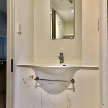 無駄なものがない、シンプルな独立洗面台(※写真は清掃前です)