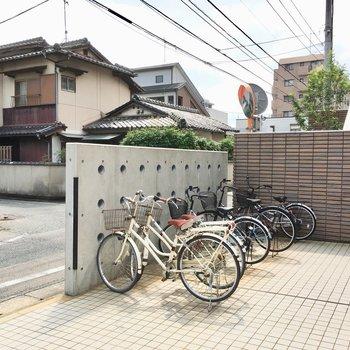 マンションの前に自転車置き場がありました。