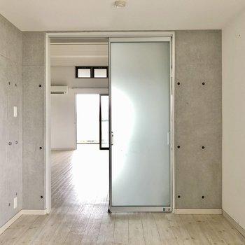 扉は淡い色で透ける感じが好き。しっかりコンクリでかっこいいお部屋(※写真は清掃前です)