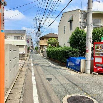 目の前の道路は交通量も少ない、静かな住宅街です。