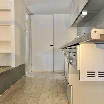 キッチンは大人が並んでも大丈夫な広さ。畳に腰掛けて待つ私!(笑)(※写真は清掃前です)