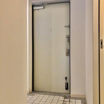 玄関も広さあります。あれ・・・シューズボックスはどこに・・・って思うでしょう?(※写真は清掃前です)