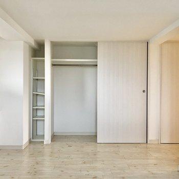 荷物多い方、オシャレさんも安心の収納力あります!壁側にはちょっと座れるスペースなんかも(※写真は清掃前です)