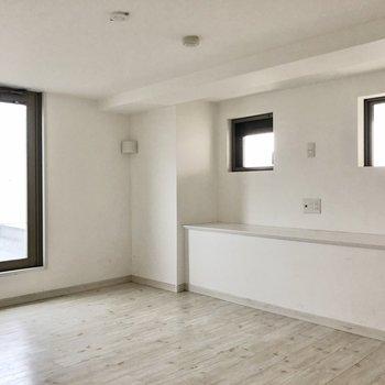 進むと、L字型になっていて、奥の扉はルーフバルコ二ーに繋がります。部屋の高さは170センチくらいです。(※写真は清掃前です)