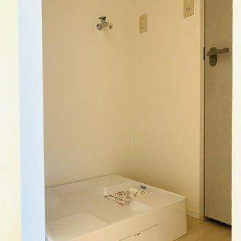ユーティリティに入って左側には洗濯機置場。