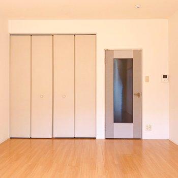 キッチンともしっかりスペースが分けられているので、洋室に生活感が出ないのが良いですね。