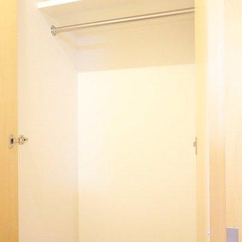 左2つがハンガーパイプ付きのクローゼット。(※写真は5階の同間取り別部屋のものです)