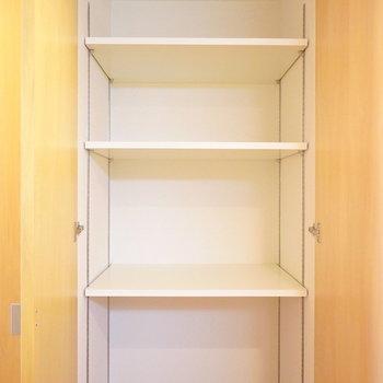 右2つが高さの変えられる棚のついた収納です。(※写真は5階の同間取り別部屋のものです)