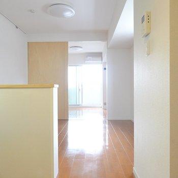 お部屋に入るとまずはLDK。奥の洋室から見ていきましょう。(※写真は5階の同間取り別部屋のものです)