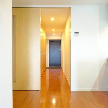 扉を開けて廊下側へ。(※写真は5階の同間取り別部屋のものです)