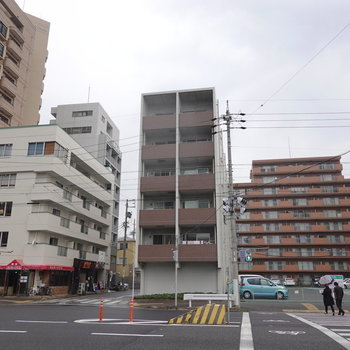 駅から歩いて約2分の大通り沿いのマンション。