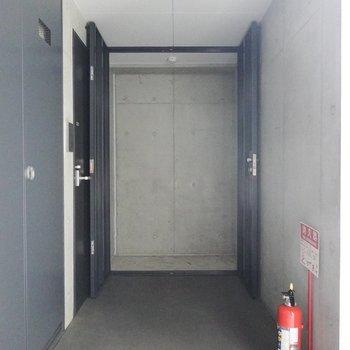 玄関前の倉庫は追加費用無しで使えます。自転車なんかもしまえそう!