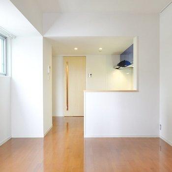 LDKは約11.5帖。ダイニングテーブルを置いて食事や作業をするスペースに。(※写真は5階の同間取り別部屋のものです)