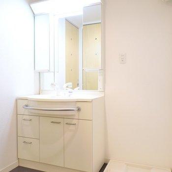 鏡のうんと大きな洗面台で毎朝の身支度を。(※写真は5階の同間取り別部屋のものです)