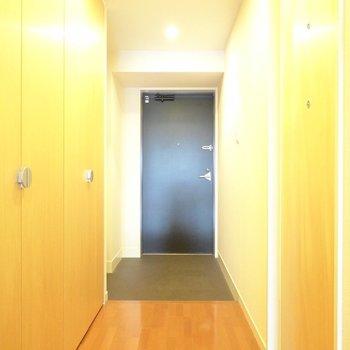 タタキの広〜い玄関だから、荷物が多い日も窮屈じゃありません。(※写真は5階の同間取り別部屋のものです)