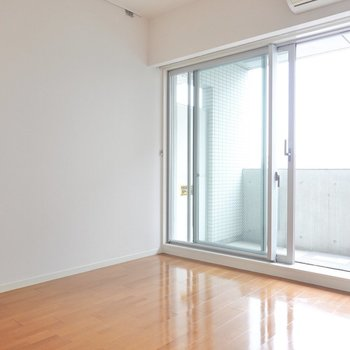 洋室は約6.8帖。ソファベッドを置いてゆったりしたいなぁ。(※写真は5階の同間取り別部屋のものです)