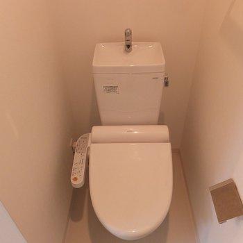 トイレ前が脱衣スペースにもなります。※写真は4階の同間取り別部屋のものです