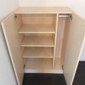 靴箱は木製。※写真は4階の同間取り別部屋のものです