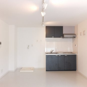 窓側から。キッチン、冷蔵庫、洗濯機の順に置きます。※写真は4階の同間取り別部屋のものです