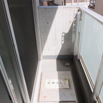 日当たり良好なバルコニー。丁度洗濯ものを干す位置に日が当たりそうです!※写真は4階の同間取り別部屋のものです