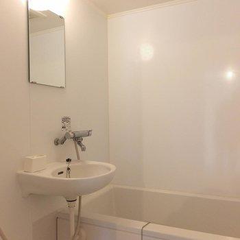 お風呂は2点ユニットでコンパクト。※写真は4階の同間取り別部屋のものです