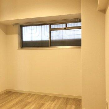 【洋室4帖】窓は共用部の廊下に面しています。※写真は前回募集時のものです