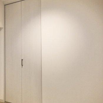 【洋室4帖】こちらにも天井まで伸びる収納があります。※写真は前回募集時のものです