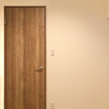 【洋室4帖】木目のドアにホッと癒やされます。※写真は前回募集時のものです