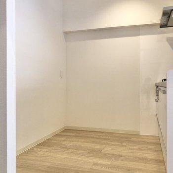 【LDK】冷蔵庫やラックを置くスペースも確保されています。※写真は前回募集時のものです