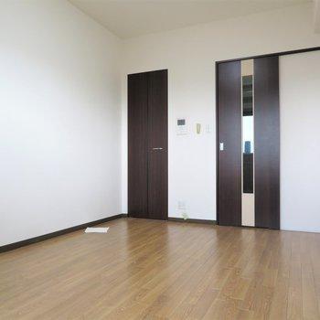 シックな家具でまとめたいな(※写真は13階の同間取り別部屋のものです)